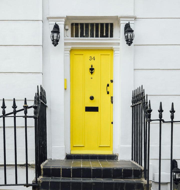 Enrée d'immeuble avec une porte jaune